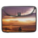 El caminar en la playa en la puesta del sol fundas macbook pro