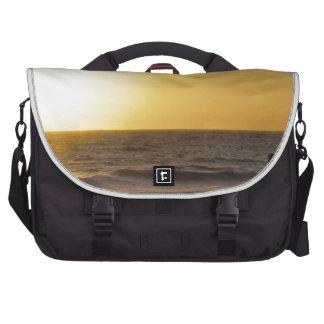 El caminar en la puesta del sol bolsas para portátil