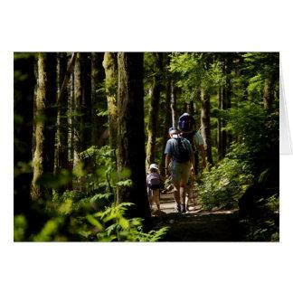 El caminar en las maderas tarjeta de felicitación