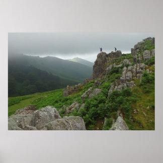 El caminar en las montañas de los Pirineos Póster