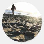 El caminar en piedras pegatina redonda