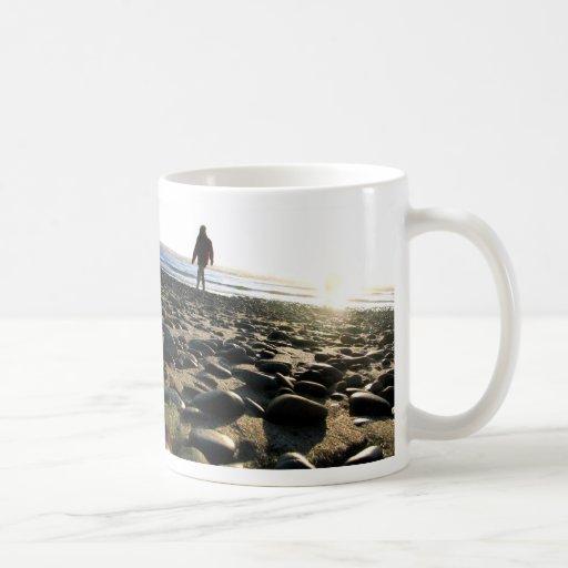 El caminar en piedras taza de café