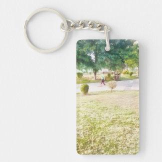 El caminar en un parque llavero rectangular acrílico a una cara