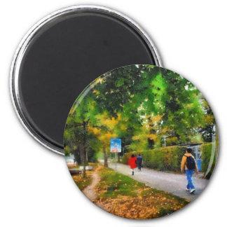 El caminar en una trayectoria hermosa imán redondo 5 cm
