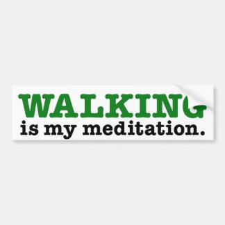 El caminar es meditación (la edición verde) pegatina de parachoque