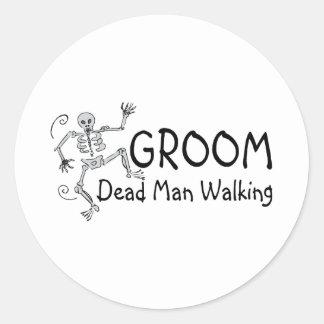El caminar muerto del hombre del novio pegatina redonda