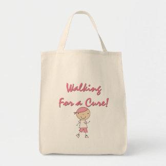 El caminar para las camisetas y los regalos de una bolsas de mano