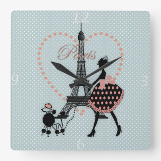 El caminar romántico lindo de la silueta del chica relojes