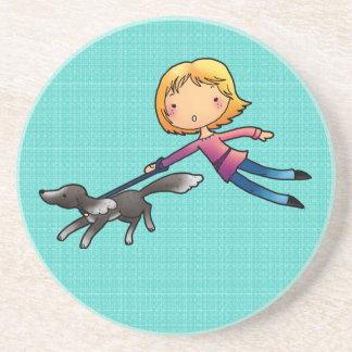 El caminar rubio del perro de la mujer posavasos personalizados