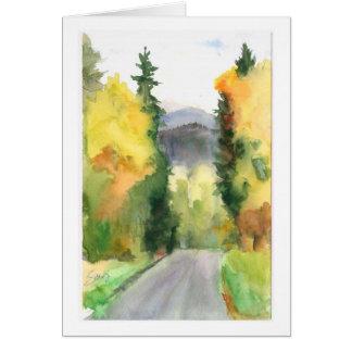 El camino a continuación, colinas de la montaña en tarjeta de felicitación