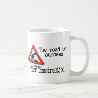 El camino al éxito está siempre bajo construcción taza básica blanca
