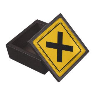 El camino cruzado, trafica la señal de peligro, caja de recuerdo de calidad