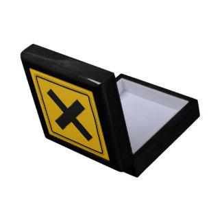 El camino cruzado, trafica la señal de peligro, caja de regalo cuadrada pequeña