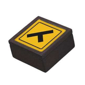 El camino lateral, trafica la señal de peligro, cajas de regalo de calidad