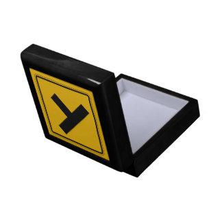 El camino lateral, trafica la señal de peligro, caja de regalo cuadrada pequeña