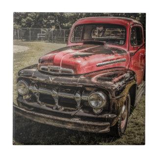 El camión antiguo rojo viejo azulejo cuadrado pequeño