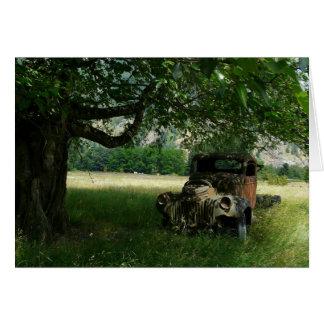 El camión del abuelo debajo del árbol felicitacion