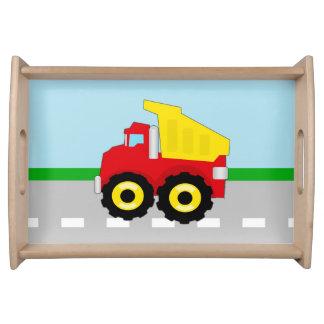 El camión volquete rojo/amarillo del niño en el ca bandeja