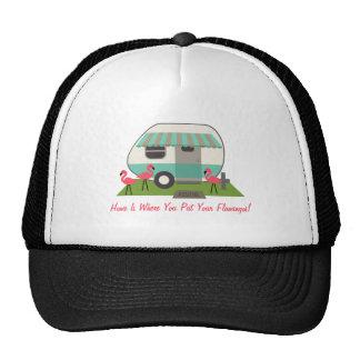 El campista/el remolque retro y los flamencos rosa gorras de camionero
