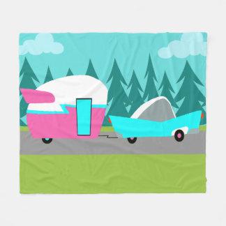 El campista/el remolque y el coche retros esquilan manta polar