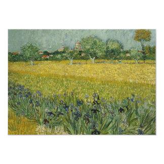 El campo con las flores acerca a la invitación de