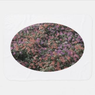 el campo de flores coloreadas se descoloró foto de mantita para bebé