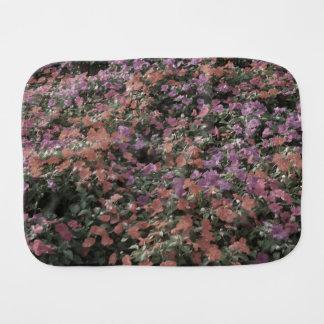 el campo de flores coloreadas se descoloró foto de paños para bebé