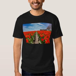 El campo de tulipanes rojos florece con el cielo playeras