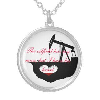 El campo petrolífero tiene mi collar del hombre