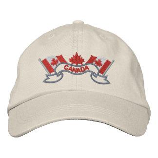 El canadiense señala el gorra por medio de una ban gorra de beisbol bordada