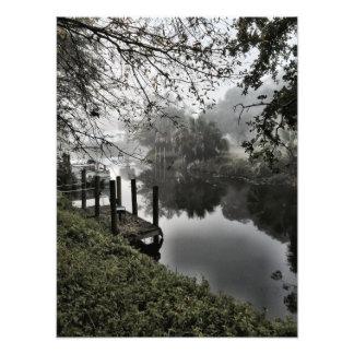 El canal en una mañana de niebla fotografías