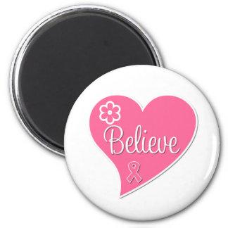 El cáncer de pecho cree el corazón rosado imán redondo 5 cm