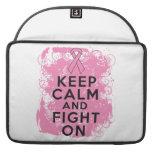 El cáncer de pecho guarda calma y lucha On.png Fundas Macbook Pro