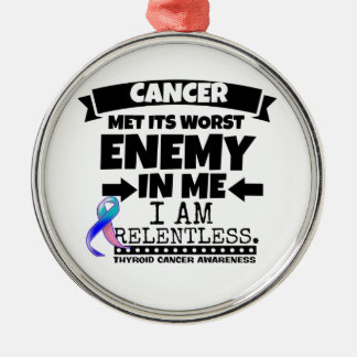 El cáncer de tiroides hizo frente a su enemigo adorno navideño redondo de metal