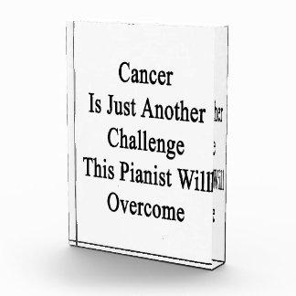 El cáncer es apenas otro desafío que este pianista