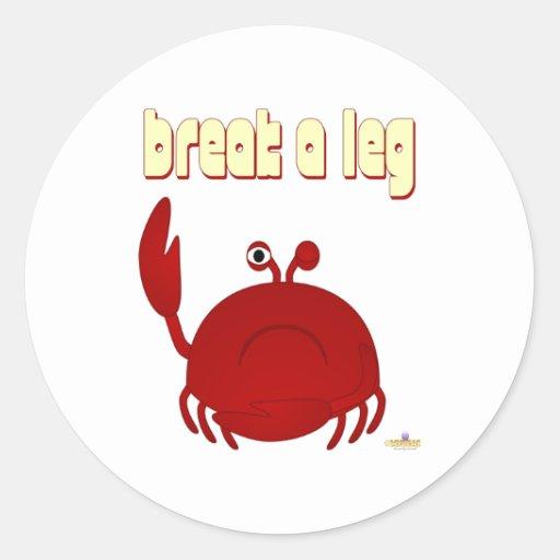 El cangrejo rojo que frunce el ceño rompe una pegatina redonda