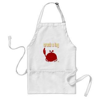 El cangrejo rojo sonriente agrieta una pierna delantal