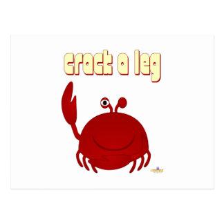El cangrejo rojo sonriente agrieta una pierna postales