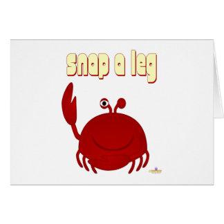 El cangrejo rojo sonriente rompe una pierna tarjeta de felicitación