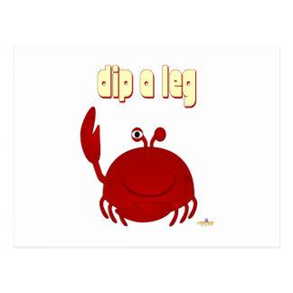 El cangrejo rojo sonriente sumerge una pierna postal