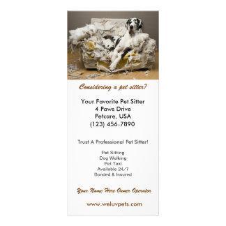 El canguro great dane del mascota masticó la tarje tarjeta publicitaria a todo color