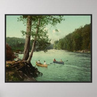 El Canoeing en una corriente de la montaña de Adir Póster