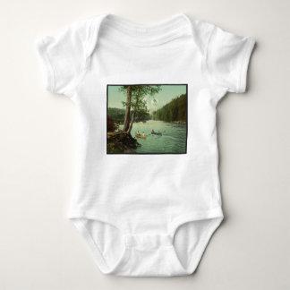 El Canoeing en una corriente de la montaña de Body Para Bebé
