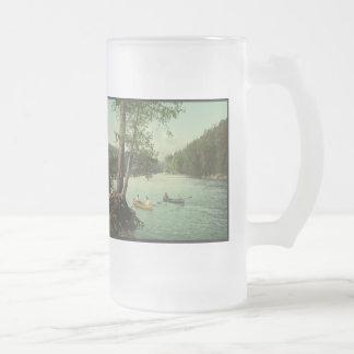 El Canoeing en una corriente de la montaña de Taza De Cristal