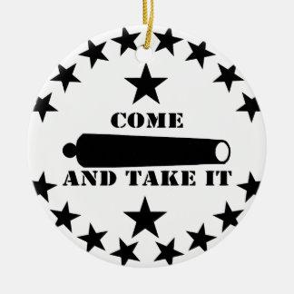 El cañón viene tomarle la 2da enmienda adorno navideño redondo de cerámica