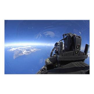 El capitán de la fuerza aérea de los E E U U mira Impresiones Fotograficas