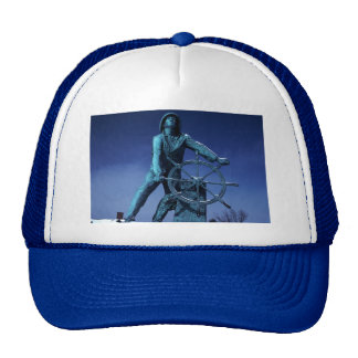 El capitán del barco en la rueda gorra