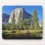 EL Capitan y río de Merced en el parque de Yosemit Tapete De Raton