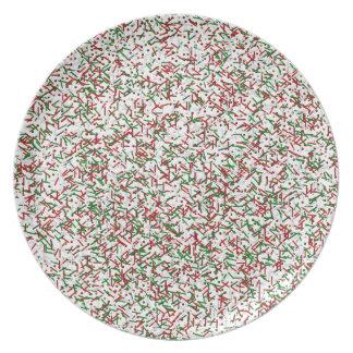 El caramelo asperja con la placa de cena de los platos de comidas