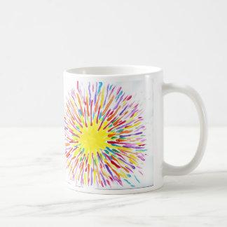 El caramelo riega la taza de café del artista del